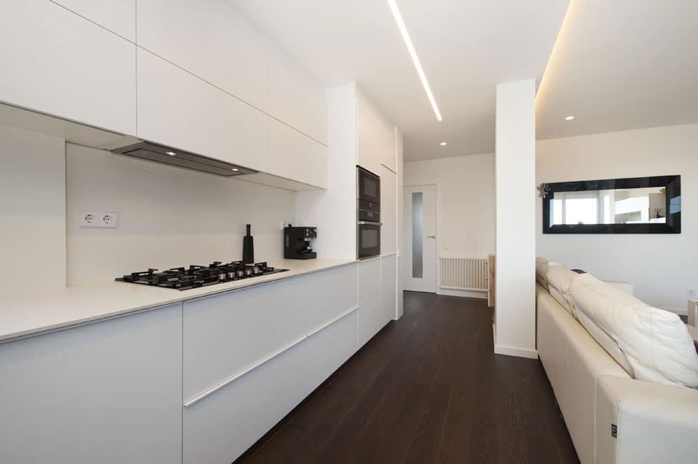 Cocina de color blanca en distribución lineal - Reforma de cocina
