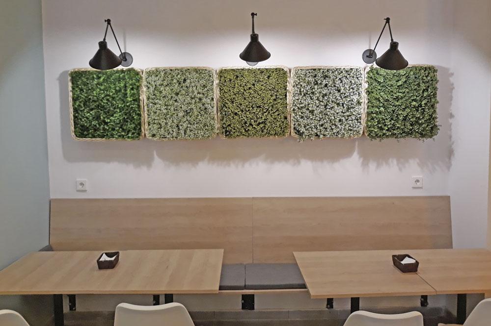 Decoración de la cafetería El Taller con jardines verticales y apliques