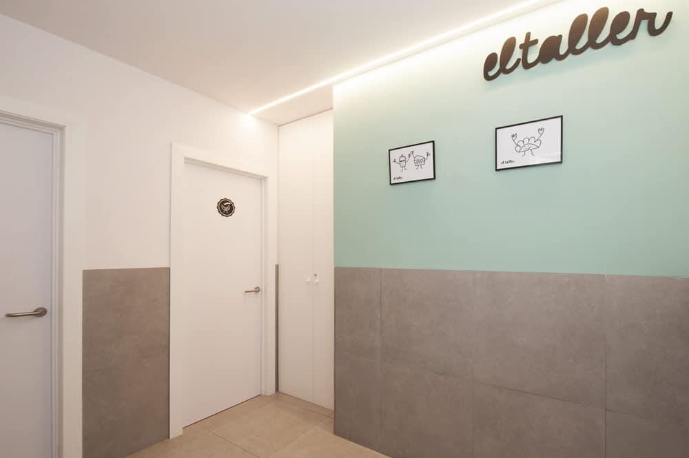 Aseo pintado de blanco y verde. Material porcelánico en el suelo y media pared. El Taller Gracia