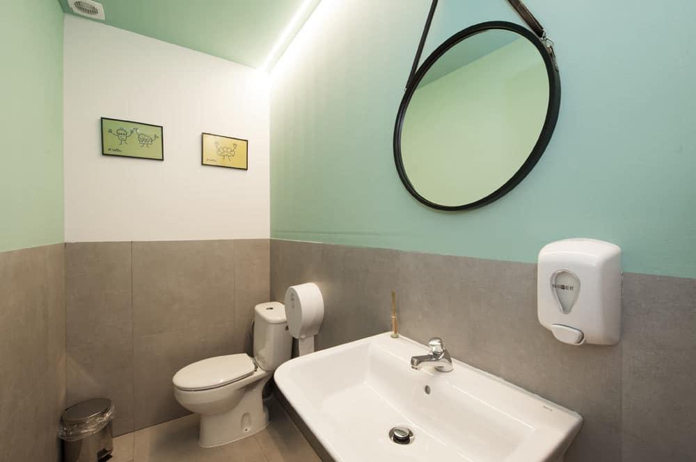 Baño mujer cafetería - espejo colgante