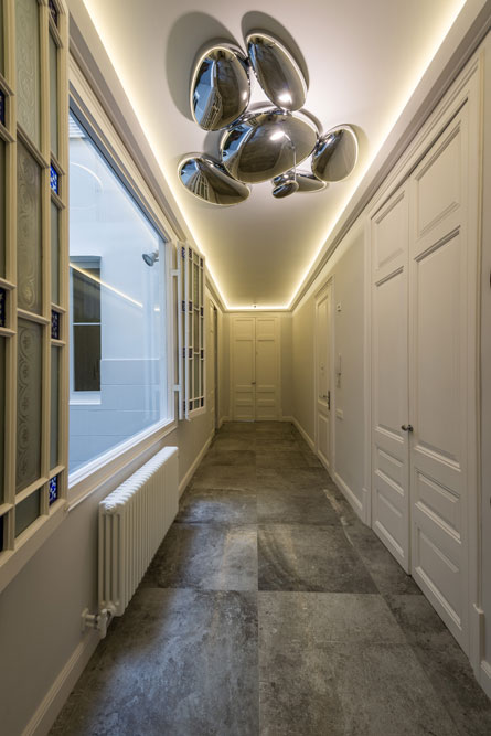 Iluminación indirecta pasillo reformado por Sincro