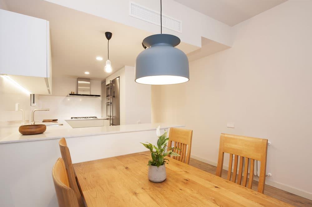 Lámpara sobre mesa comedor - Decoración de pisos SINCRO