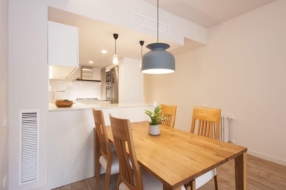 Comedor de estilo nórdico. Materiales: madera natural y lacado en blanco