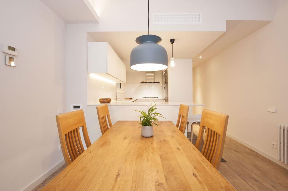 Mesa de 6 plazas y sillas de madera natural