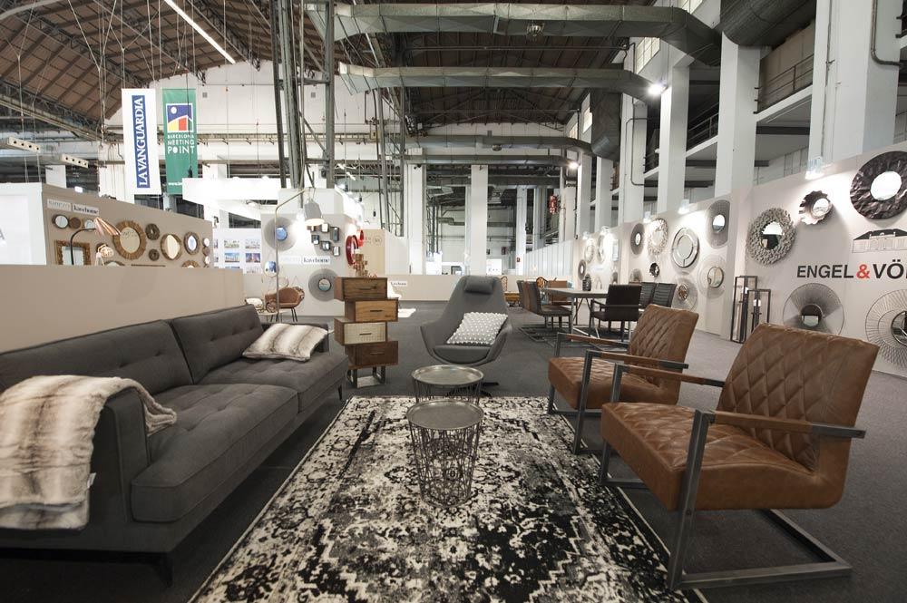 Ambiente de mobiliario en gris y marrón