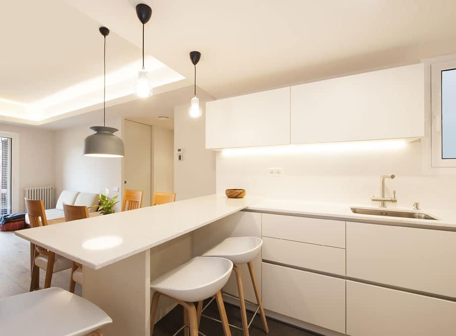 Barra de cocina con taburetes en blanco