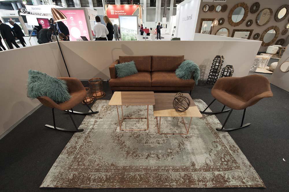 Sillones, sofás, mesillas, y accesorios de decoración en marrón.