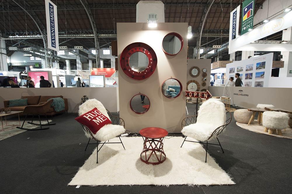 Ambiente decorado con mobiliario y elementos de decoración en blanco y rojo
