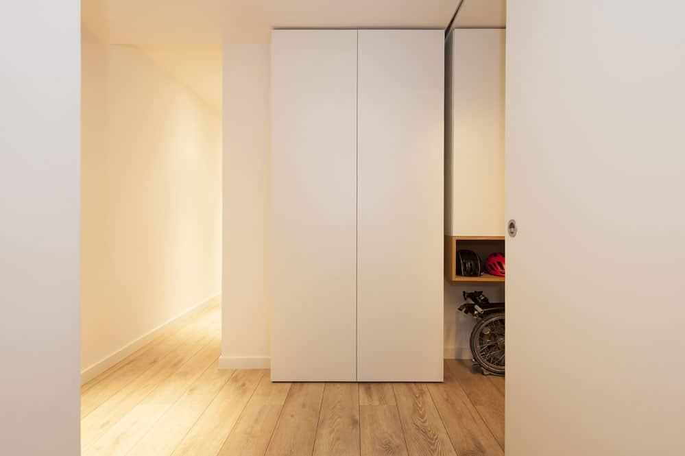 Mueble a medida para almacenamiento en recibidor pasillo en blanco