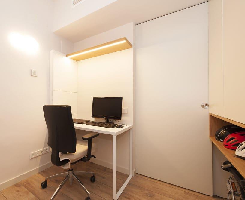 Despacho pequeño para trabajar en blanco.