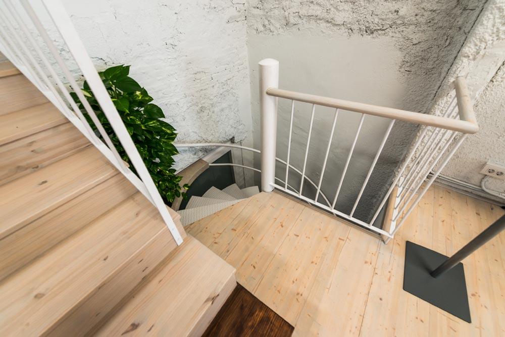 Escalera de caracol de un loft piso de dos plantas en Barcelona