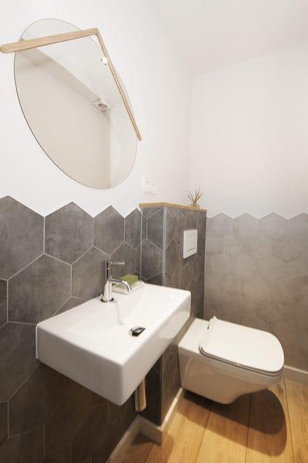 Baño con baldosas hexagonales en gris