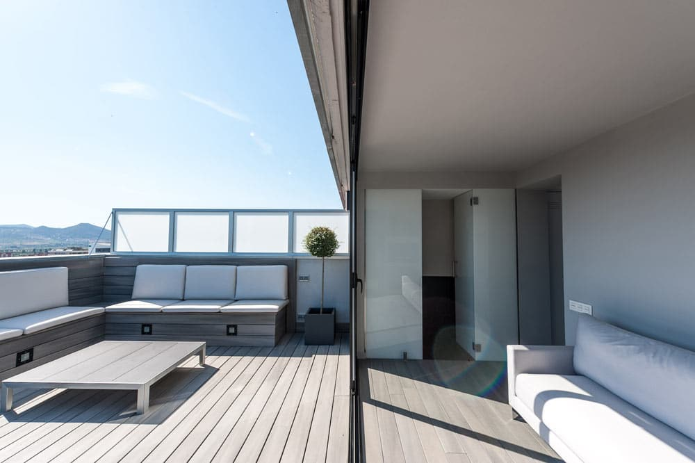 Porche de terraza con zona de relax y aseo