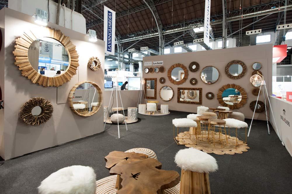 Espejos de madera de diferentes medidas y formas colgados en pared