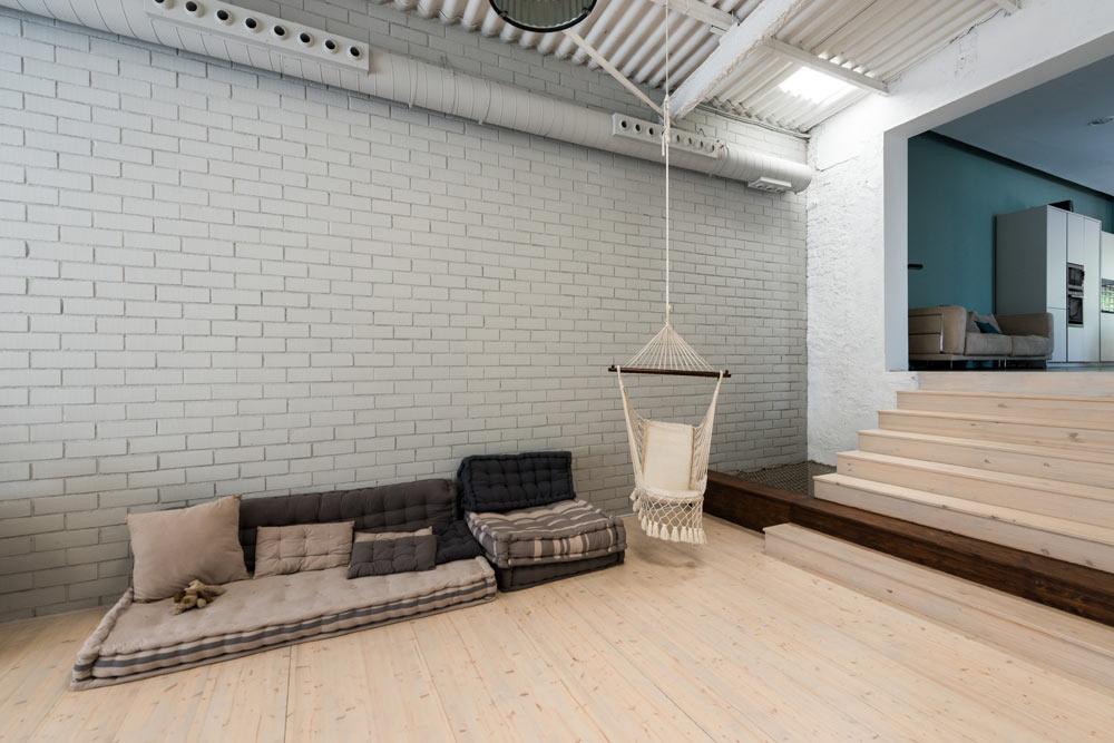 Zona chill out de estilo industrial de un loft vivienda en Barcelona