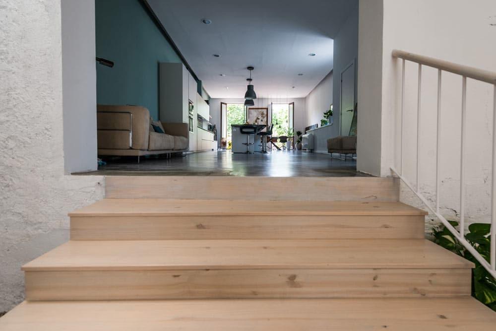 Escalera madera de acceso a la cocina