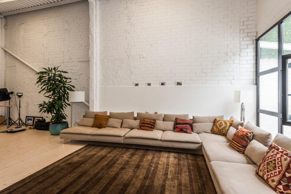 Salón zona de estar de estilo semi industrial neoyorkino
