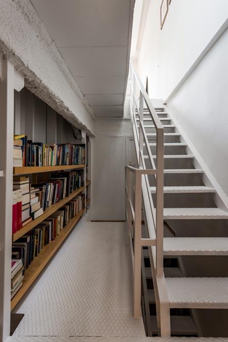 Biblioteca de estilo industrial rellano escalera.