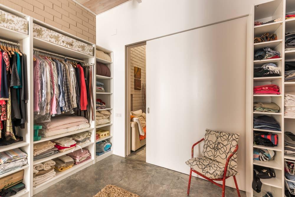 Vestidor con puerta corredera de madera lacada en blanco