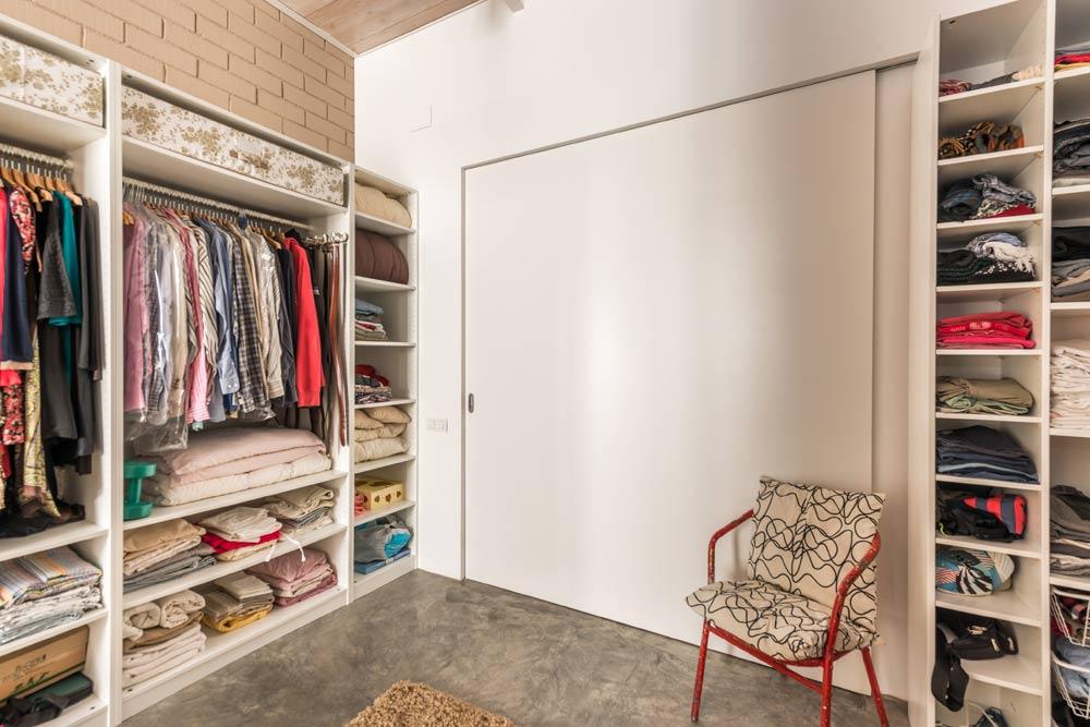 Vestidor mixto con armarios sin puertas visibles
