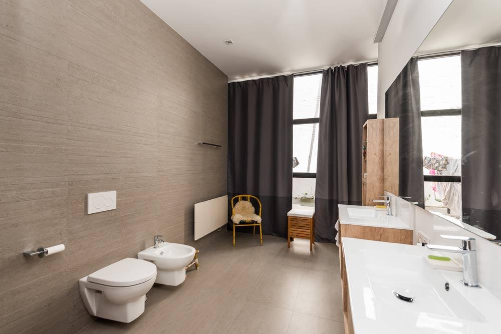 Baño con sanitarios suspendidos en la pared