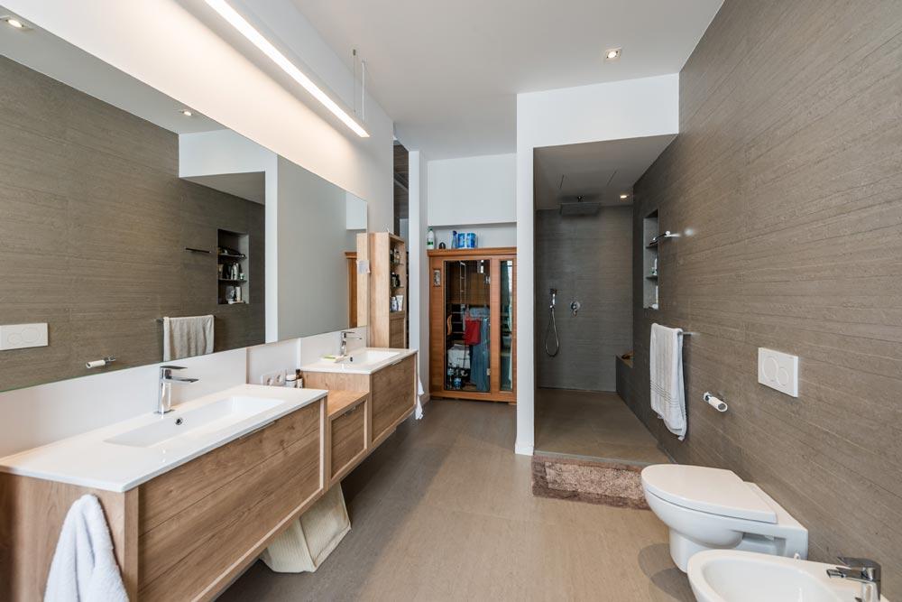 Baño suite con dos lavabos y ducha semi abierta