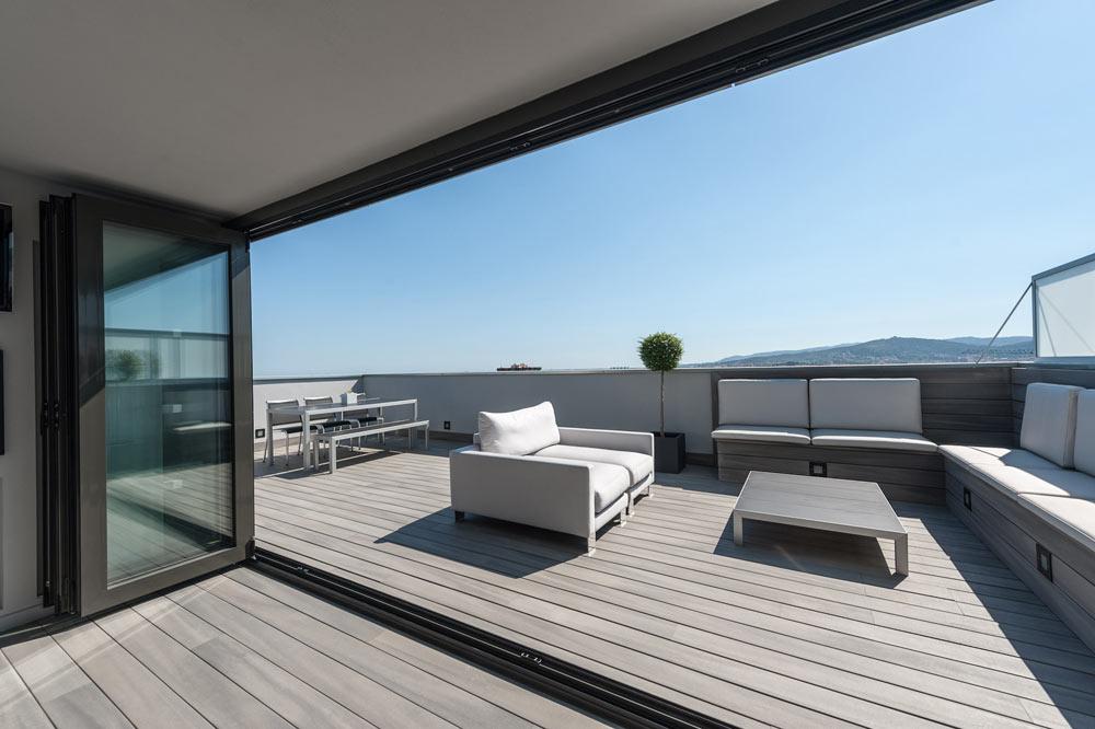 Porche abierto y zona de chill out terraza. Piso ubicado en Barcelona
