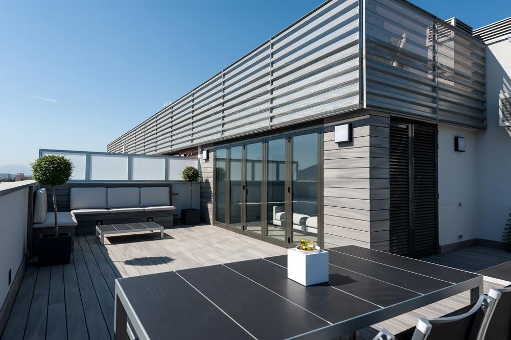 Comedor exterior terraza en tonos grises en Barcelona