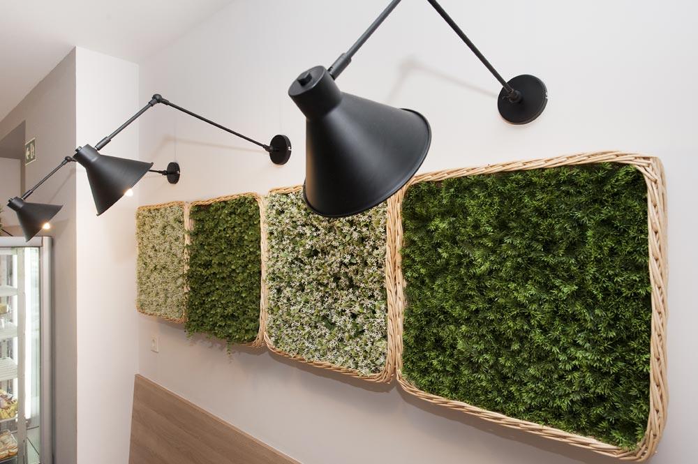 Decoración con plantas verticales y apliques.