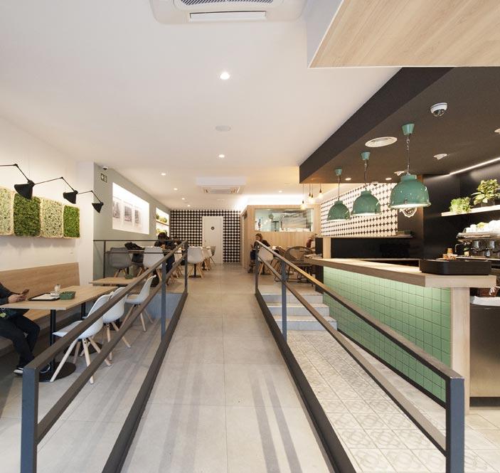 Rampa para minusvalidos en panadería cafetería El Taller Paral·lel