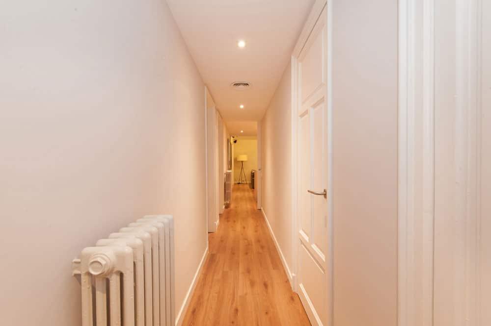 Pasillo de piso con parquet de madera