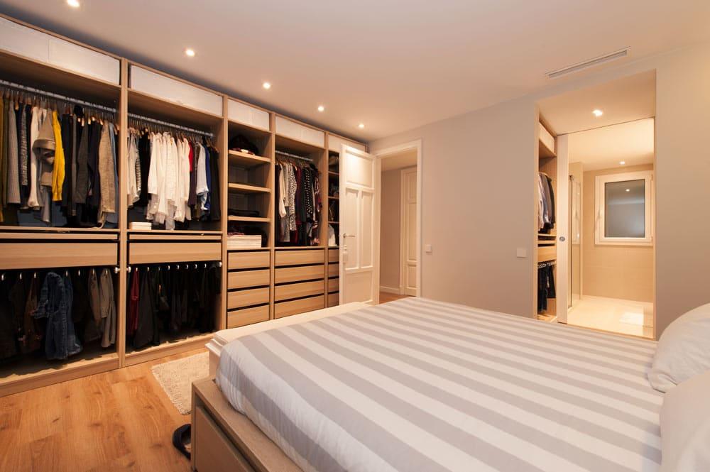 Dormitorio tipo suite con baño privado y vestidor femenino y masculino. Reforma en Sant Gervasi Barcelona