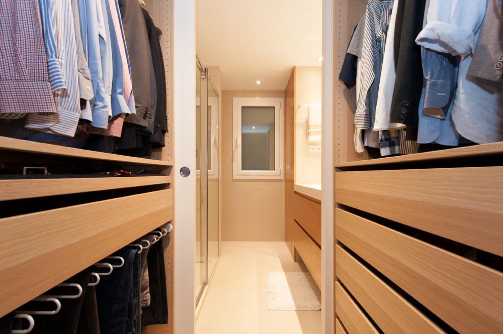Pequeño vestidor para hombres ubicado entre el dormitorio y baño