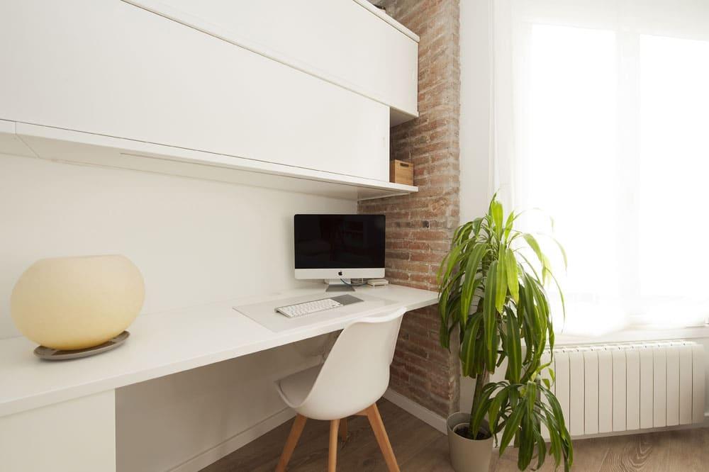 Despacho en un rincón de la sala de estar. Escritorio en blanco. Reforma barcelona