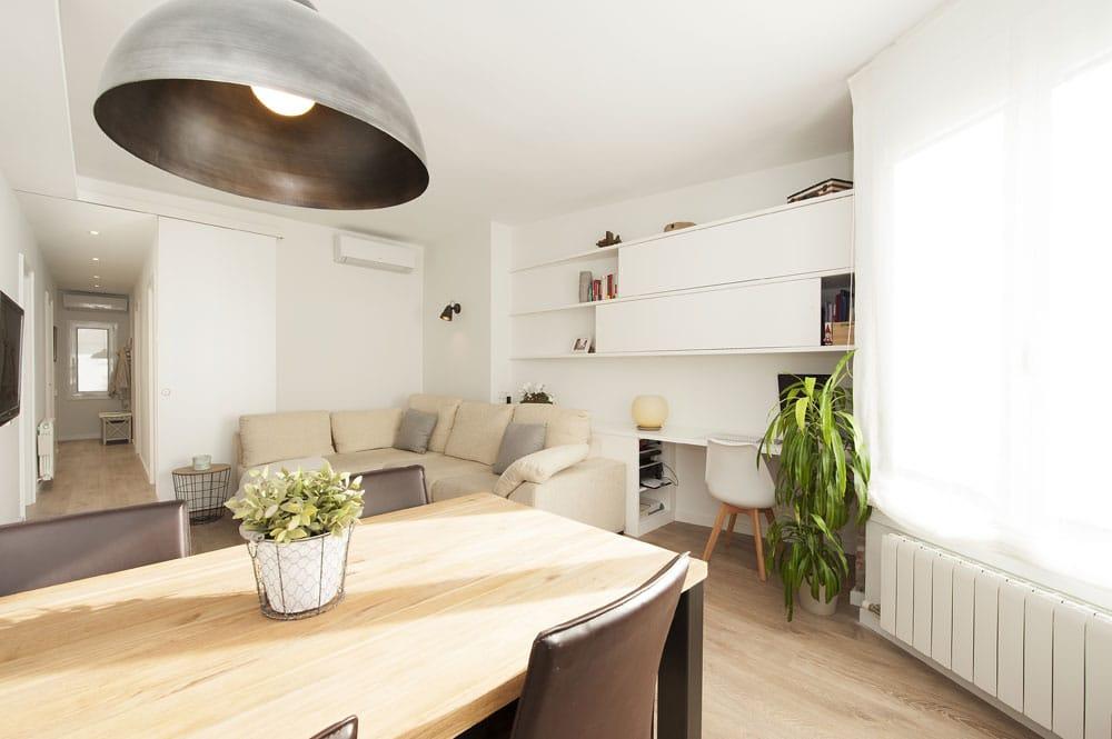 Comedor con lámpara colgante techo. Estilo nórdico y moderno.