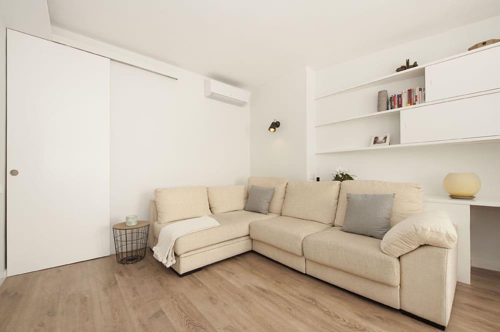 Sofá esquinero angular en beige salón.
