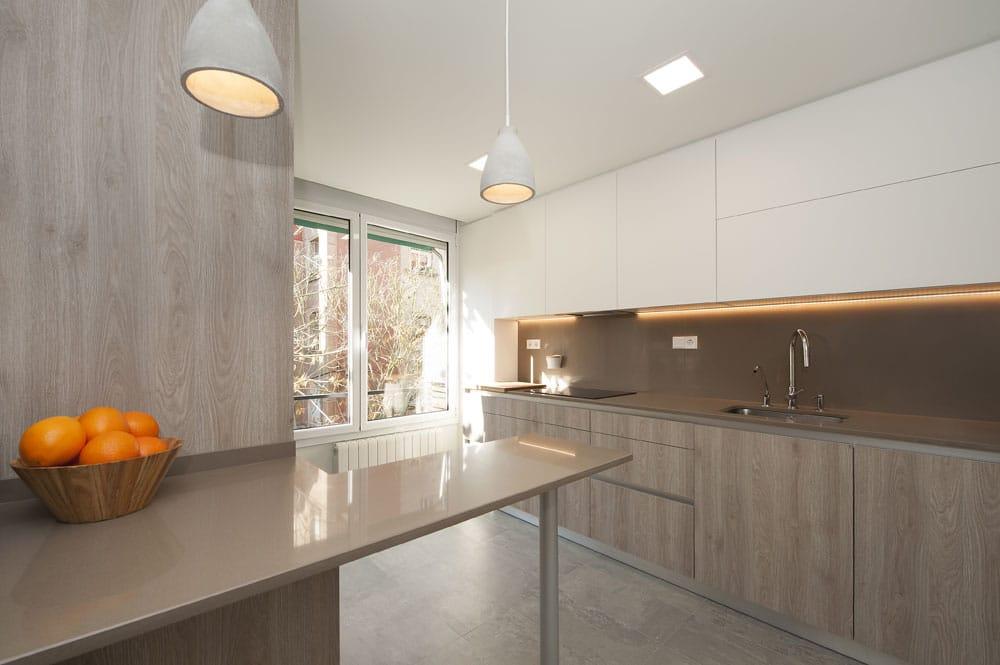 Mobiliario de cocina lacado en color marrón y blanco.