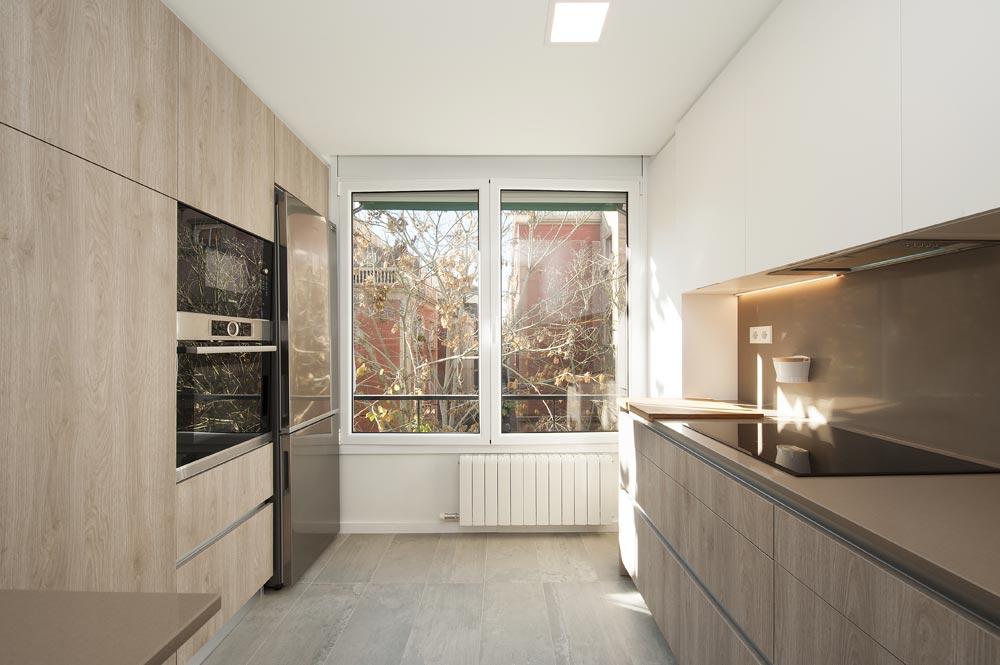 Ventana de aluminio blanca en cocina