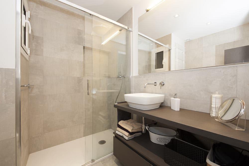 Ducha con puertas correderas de cristal. Reforma baños Barcelona