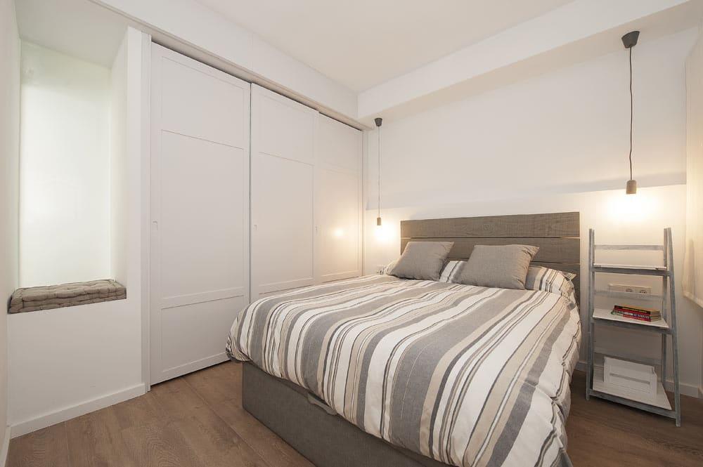 Dormitorio de estilo nordico con armario empotrado a medida.