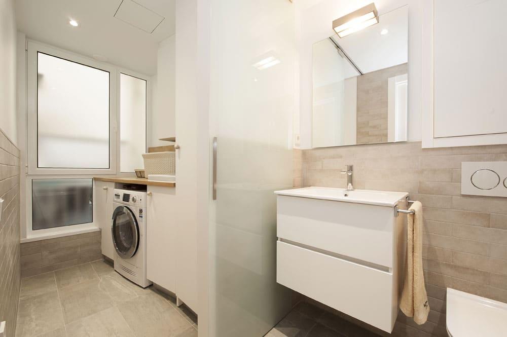 Baño con laundry / lavadero en un piso reformado en Sarrià Sant Gervasi.