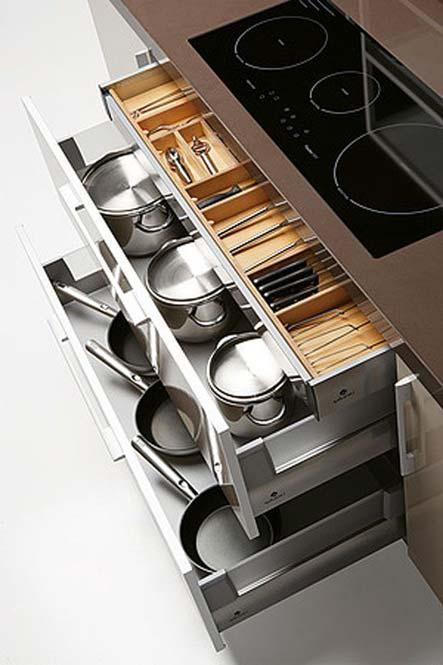 Calaix armari inferior de cuina per emmagatzemar paelles i altres estris de cuina.