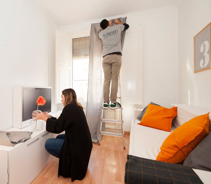 Servicio de home staging. Interioristas de Sincro decorando con mobiliario de cartón.