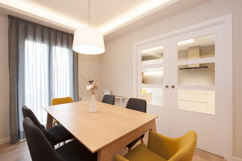 Mobiliario y decoración del comedor salón moderno. Reforma piso Poblenou. Sincro