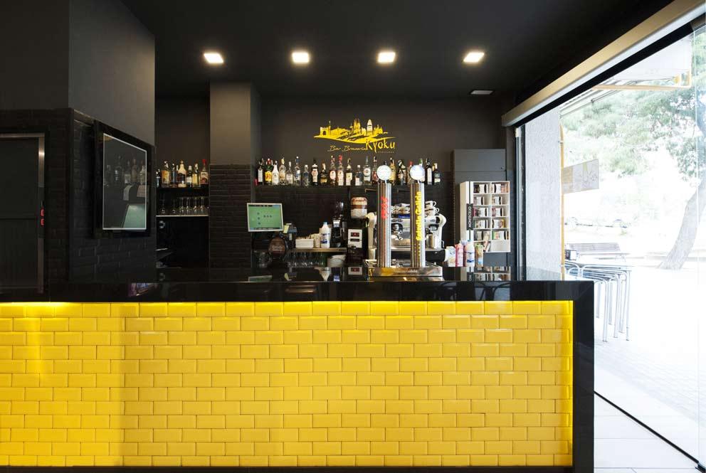 Barra bar azulejos amarillo brillante con marco en negro. Diseño Sincro