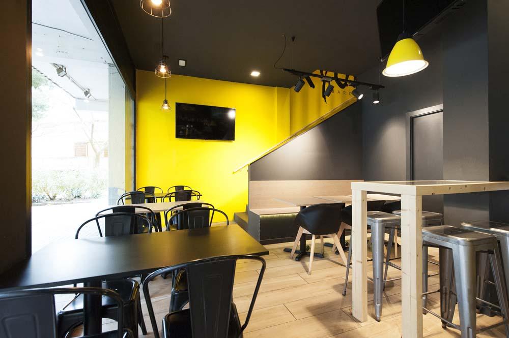Decoración restaurante en negro y amarillo