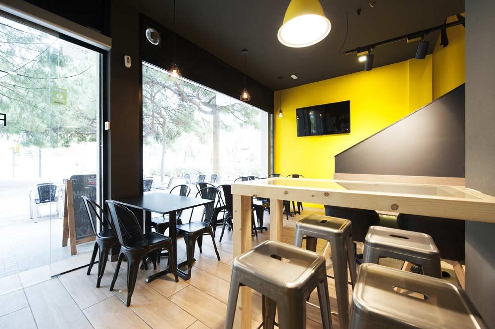 Mesa alta con taburetes restaurante.