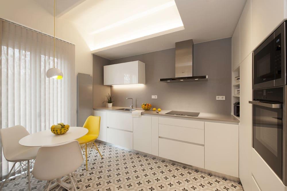 Cocina blanca en L con pequeño comedor. Reforma de cocina en Barcelona. Sincro