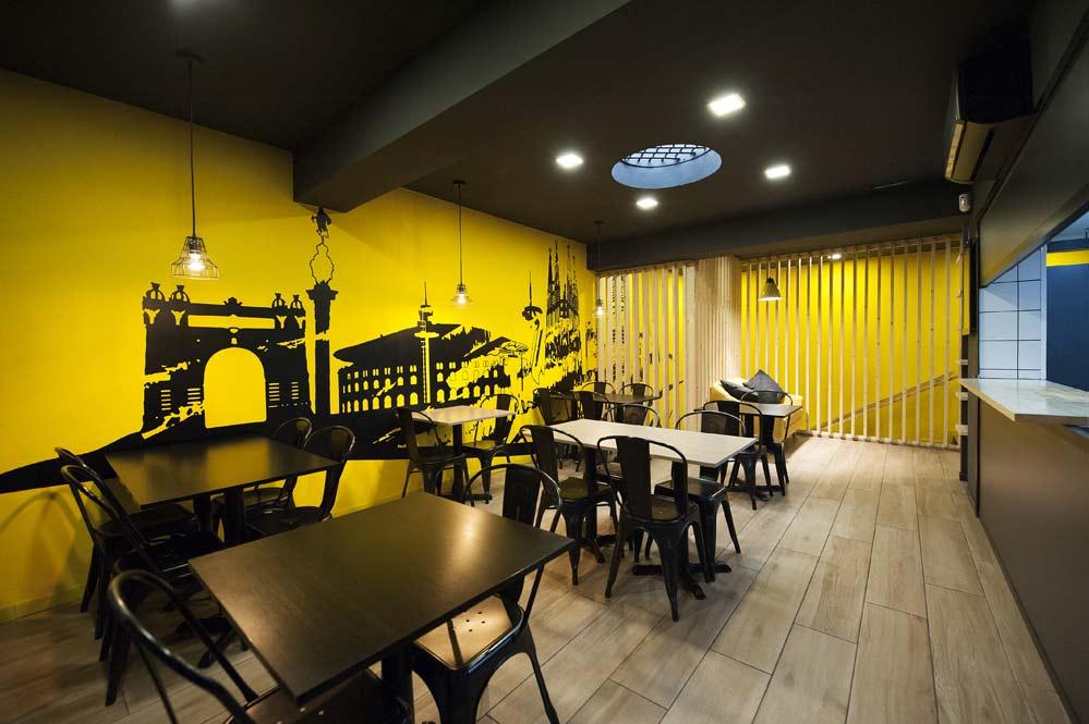 espacio mesas restaurante con color negro y amarillo
