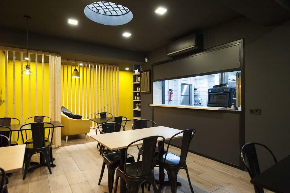 ventana hueco cocina abierto zona mesas. restaurante Kyoku